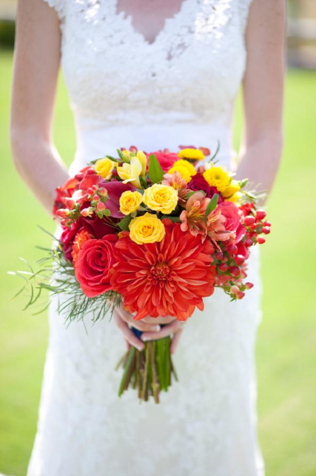Необычный яркий букет невесты