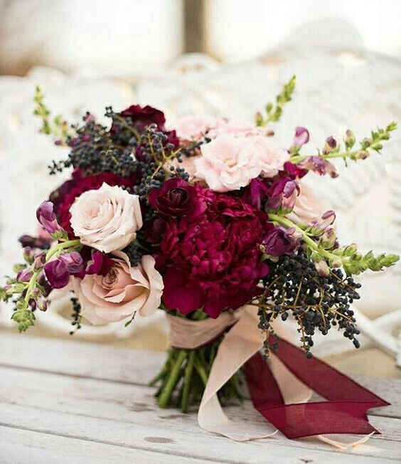 Свадебные букеты 2020: бордовые букеты для невесты