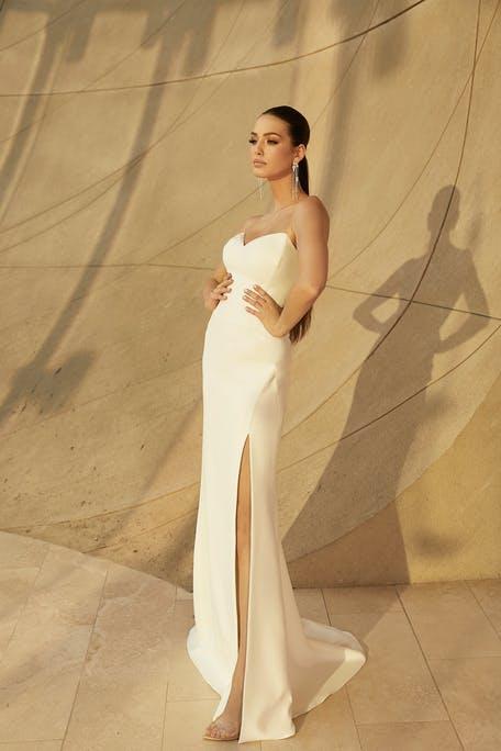 Свадебное платье без бретелей с разрезом