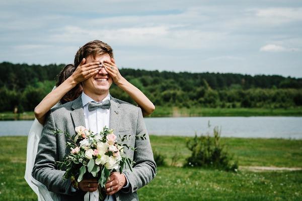 Суеверие: жених может увидеть невесту в платье незадолго до свадьбы