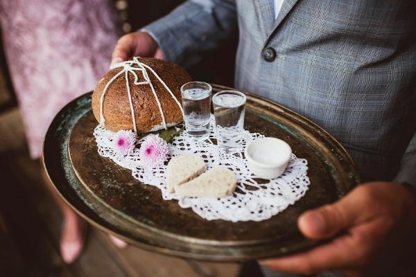 Свадебные обычаи: встреча молодоженов хлебом-солью